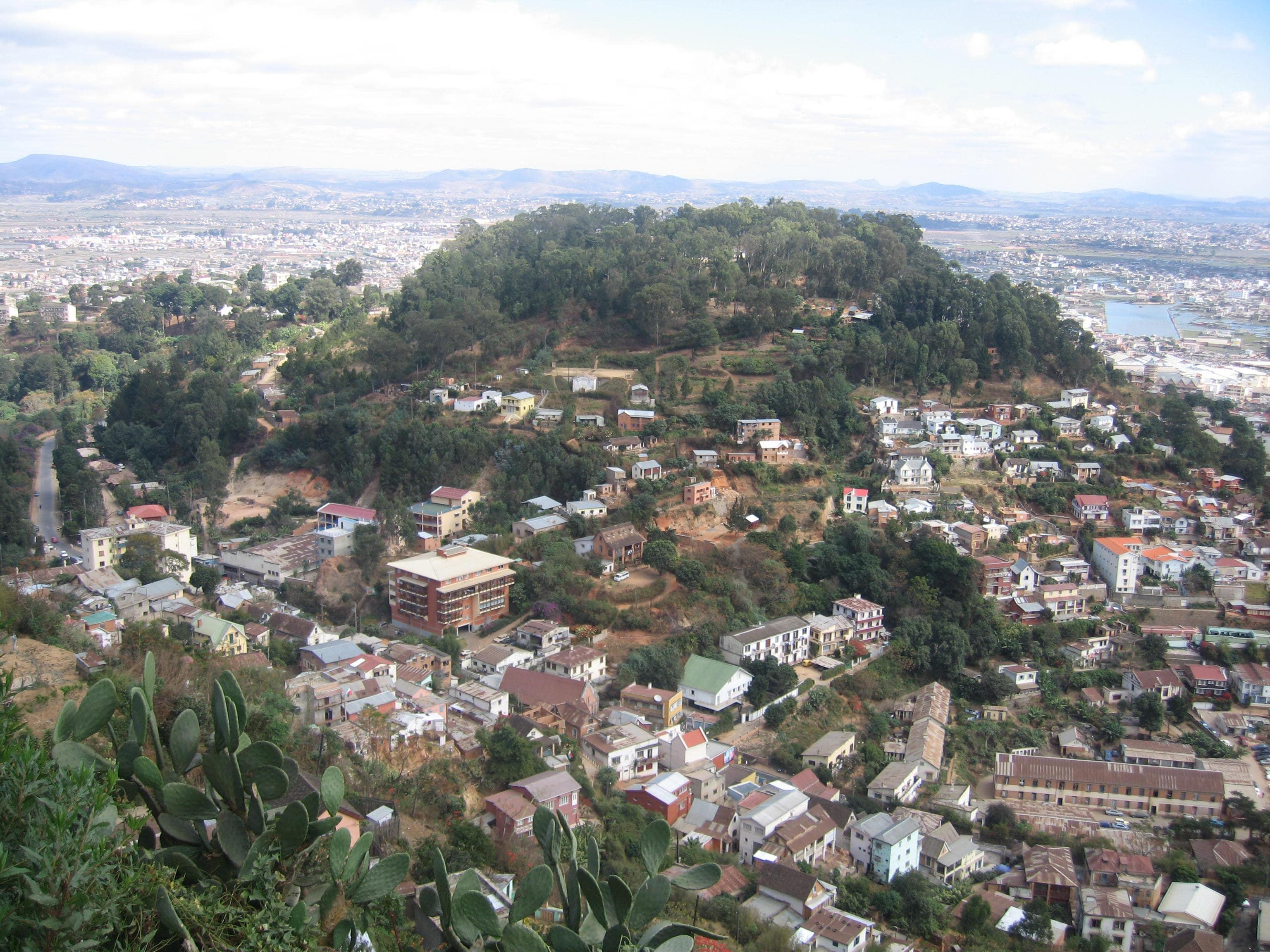 "<span  class=""uc_style_uc_tiles_grid_image_elementor_uc_items_attribute_title"" style=""color:#ffffff;"">Antananarivo, capitale malgache</span>"